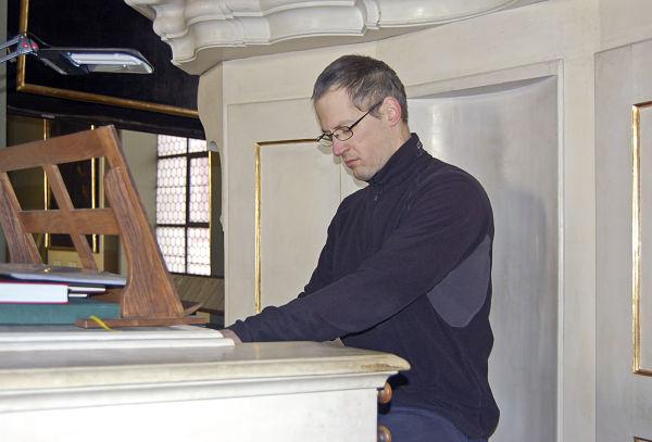 Orgelexperte Štěpán Svoboda sitzt regelmäßig selbst am Spieltisch.