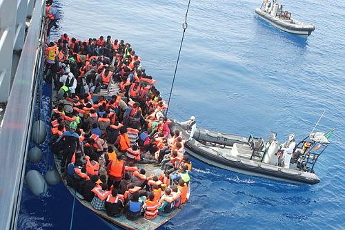 Flüchtlinge werden im südlichen Mittelmeer von einem irischen Kriegsschiff gerettet (Sommer 2015).