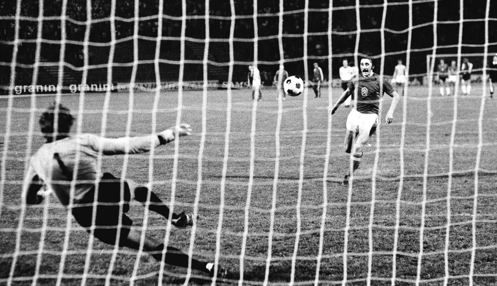 Blamage für den Weltmeister: Panenka besiegelte per Elfmeter die Niederlage im EM-Finale 1976.