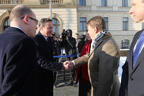 Staatssekretär Prouza begrüßt den britischen Premier David Cameron bei dessen Arbeitsbesuch im Januar in Prag.