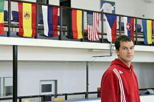 Julian Betko vor den Landesfahnen seiner insgesamt 26 Schüler