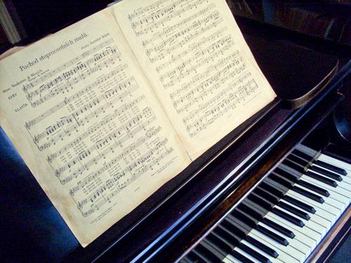 Besucher können das Instrument des Komponisten sehen.