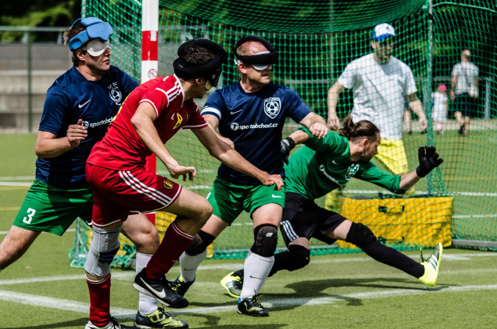 Ondřej (links), Aleš (mitte) und Torwart Tomáš beim Freundschaftsspiel gegen die belgische Nationalmannschaft