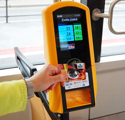 In zwei Straßenbahnen können Fahrgäste derzeit bargeldlos bezahlen.