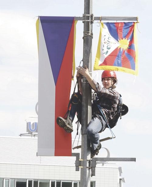 Mit Tibet-Flaggen demonstrierten viele gegen die chinafreundliche Politik.