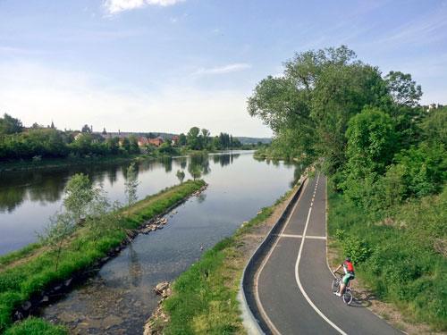 Am besten fährt es sich an der Moldau – fern von Autos und Straßenbahnen.