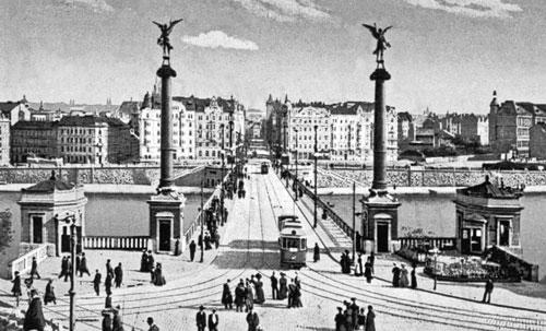 Die Niklasbrücke (heute Čech-Brücke) mit Blick auf die Altstadt