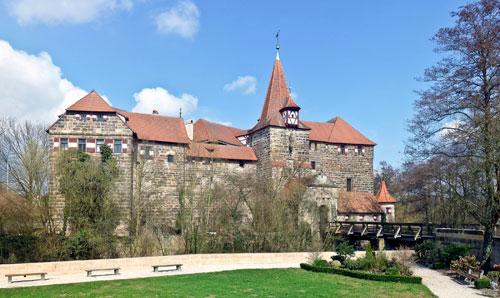 Karl IV. ließ Mitte des 14. Jahrhunderts in Lauf an der Pegnitz (Mittelfranken) das Wenzelschloss errichten.