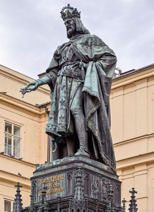 Bronzestatue für Karl IV. auf dem Kreuzherrenplatz in Prag