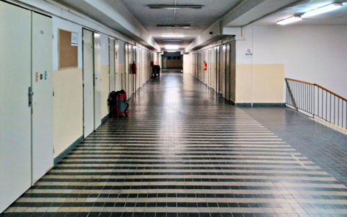 Der Flur bietet Platz für Turnübungen. Die Metalltüren in den Gängen erinnern aber eher an ein Gefängnis.