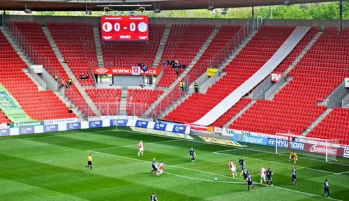Leere Ränge sind in der Liga normal. Slavias Anhänger machen immerhin den größten Lärm.