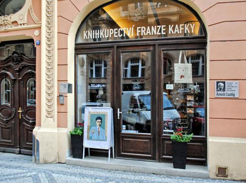 In der Franz-Kafka-Buchhandlung könnte man sich dessen Werke zum Nachlesen kaufen – falls sie geöffnet hat.