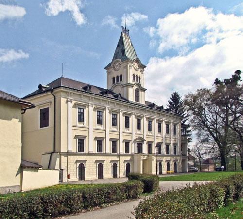 Thun wurde 1942 im Schloss Kwassitz (heute Kvasice) geboren.