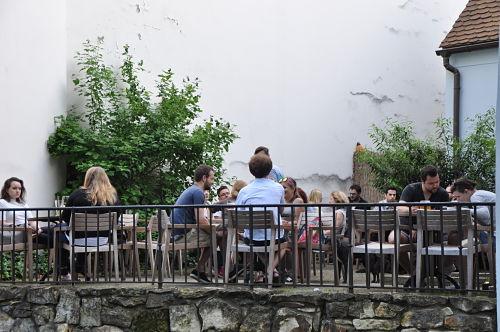 """In der """"Kavárna mlýnská"""" hat man Ruhe vom Touristenstrom in der Innenstadt."""