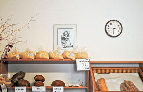 Porträt Freuds über den Auslagen der örtlichen Bäckerei.