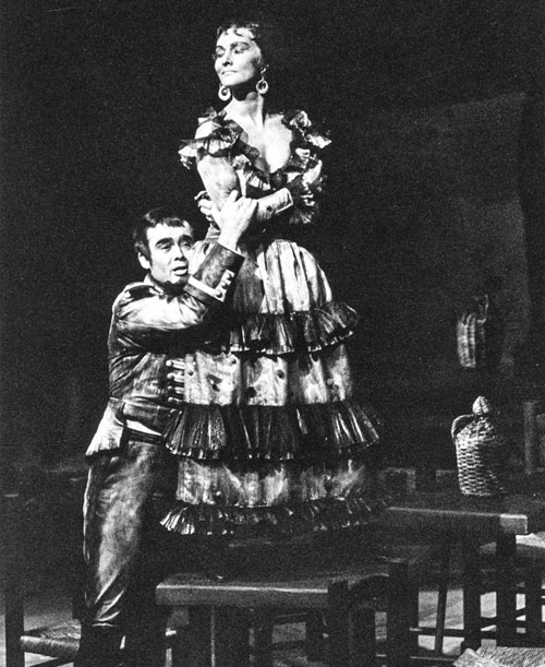 """Červená an der Seite von James King in ihrer Paraderolle als """"Carmen"""" (1962)."""