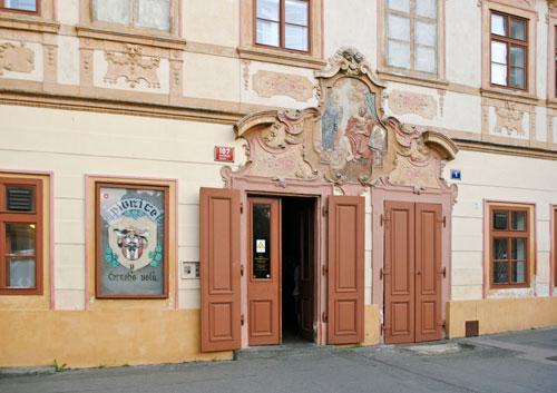 "Rustikale Kneipe hinter barocker Fassade: ""U Černého vola"""