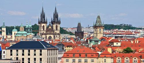 Beim Blick auf die Altstadt ragen die Türme der Teynkirche (links) und andere Wahrzeichen wie der Pulverturm (Mitte) und der Turm des Altstädter Rathauses (rechts) aus dem Meer der roten Dächer hervor.