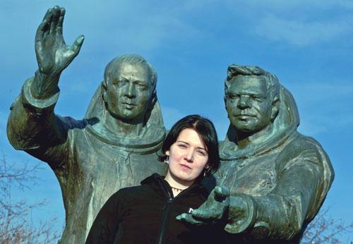 """Lucie Ferstová am """"Denkmal der Kosmonauten"""" – zwischen Vladimír Remek (links) und Alexei Gubarew – vor der Prager U-Bahn-Station Háje, die bis 1990 """"Kosmonautů"""" hieß"""