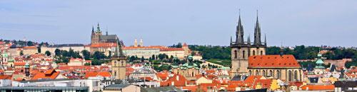 Postkartenmotiv: Vom Heinrichsturm aus liegt einem das historische Stadtzentrum – von der Nikolauskirche auf der Kleinseite (links) bis zur Evangelischen Salvatorkirche in der Altstadt (rechts) – zu Füßen.