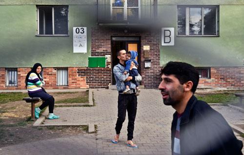 In Bělá-Jezová sind vor allem Familien untergebracht. Alleinstehende Männer sind in Drahonice bei Louny interniert.