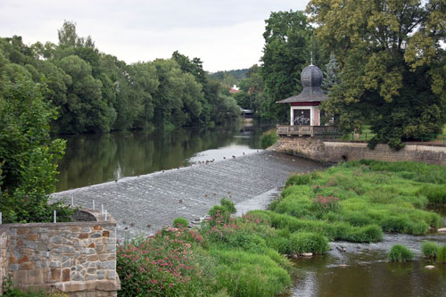Zwischen Rathaus und Schloss fließt in Světlá die Sázava.