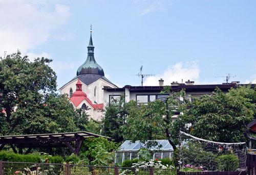 Der Weg zum Berg Zelená hora führt durch ein Wohngebiet. Die berühmte Wallfahrtskirche ist schon zu sehen.