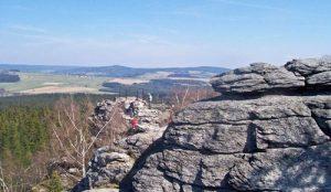 Die Saarer Berge zu Füßen: Ausblick vom Hohen Felsen (Pasecká skála)