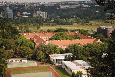 Vom Vítkov aus kann man die Größe des Gebäudes erahnen.