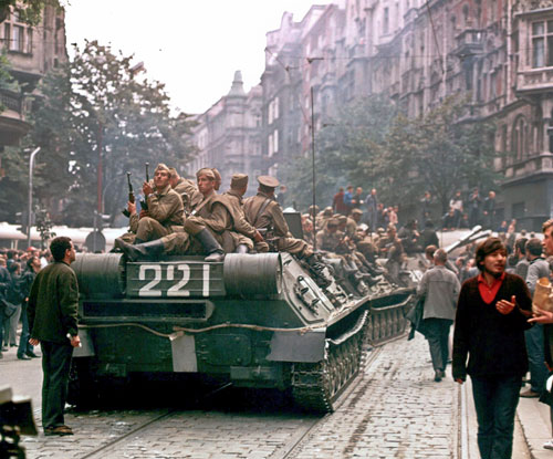 Mit Entsetzen beobachtete Reinerová die durch Prag rollenden Panzer.