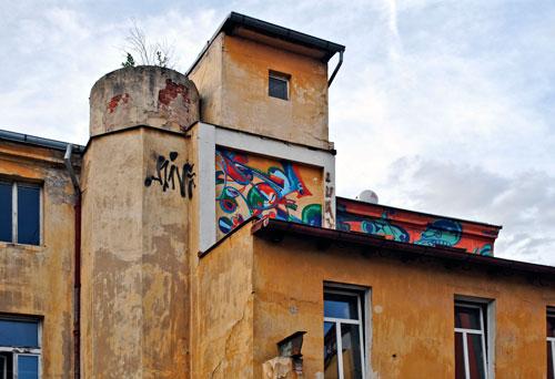 Auch an der Fassade der Fabrik haben die Künstler ihre Spuren hinterlassen.