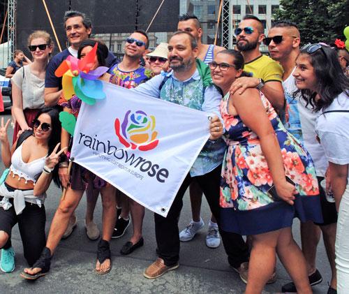 Ernstes Thema, gute Stimmung: Besucher der internationalen Konferenz der Roma aus der LGBT-Community tauschten in Prag Erfahrungen aus.