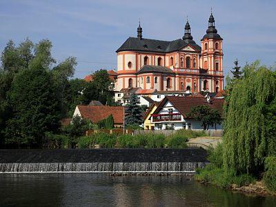 Die Mariä-Himmelfahrt-Kirche dominiert das Ortsbild von Přeštice.