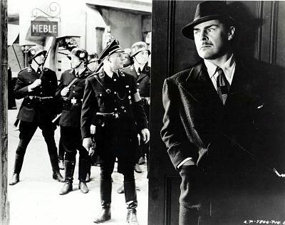 """Brian Donlevy (rechts) spielt Heydrichs Mörder in """"Auch Henker sterben""""."""