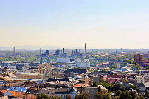 Gemischte Aussichten: Zwischen Kirchtürmen und Bergkuppen liegen die Fabriken.