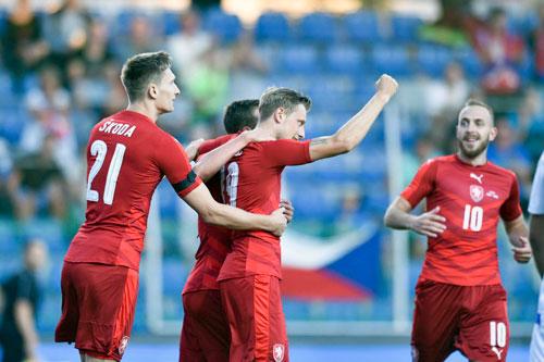 Torschütze Krejčí (Mitte) bejubelt das 1:0 gegen Armenien.    Foto: FC Bologna