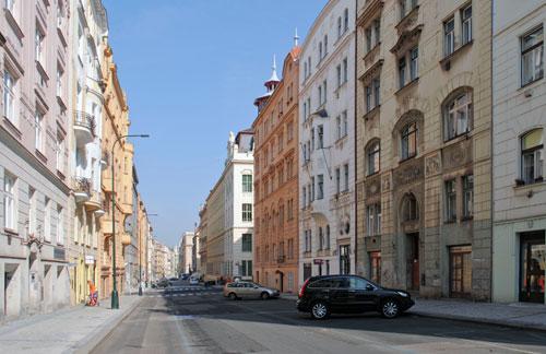 Die Dittrichova in der Prager Neustadt befindet sich wohl nicht zufällig in der Nähe der Moldau.