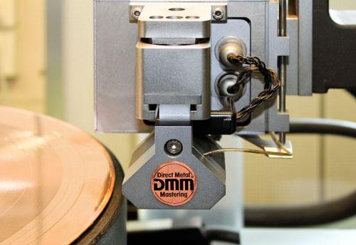 Der Schreibkopf der Schneidemaschine ist mit einem Naturdiamanten bestückt.