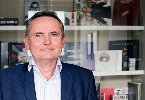 Marketingdirektor Michal Němec vor den Produkten aus Loděnice