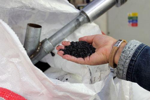 Schallplatten werden aus Polyvinylchlorid gefertigt.