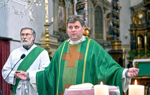 In Arbeitskleidung: Irmer ist für drei Kirchen zuständig. Manche Gläubige kommen auch aus der Umgebung zu ihm.