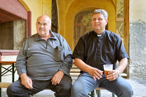 Auf ein Bier mit Pfarrer Irmer (rechts) im Kreuzgang.