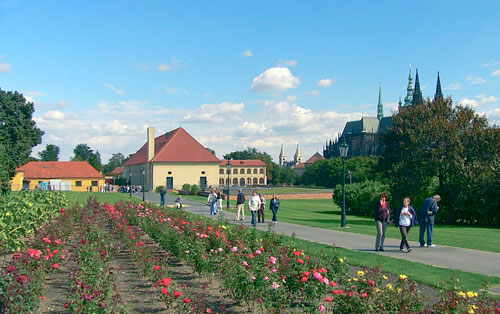 Zur Villa gehört auch ein großer Garten mit Blick auf den Veitsdom.