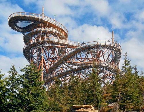 Über den Bäumen führt der Wolkenpfad gen Himmel.   Foto: vozejkov.cz