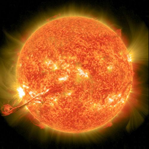 Das Magnetfeld der Sonne verursacht mächtige Eruptionen.
