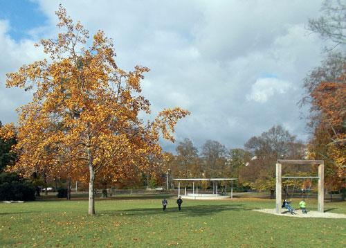 Jugendliche schätzen den Comenius-Park in Zlín nicht nur wegen der Bäume.