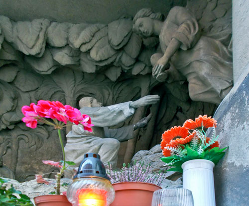 Blumen für die Heiligen vor einer Kirche in Valašské Meziříčí
