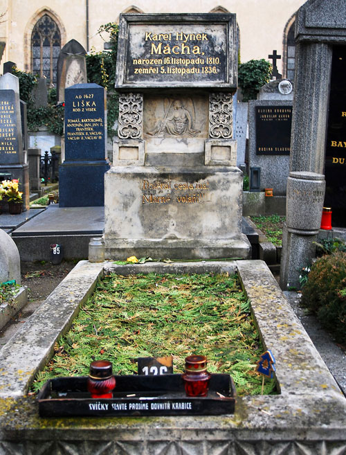 Das Grab des Dichters auf dem Vyšehrader Friedhof