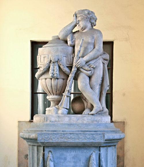Im Innenhof des Klementinums erinnert ein Denkmal an Josef Stepling.