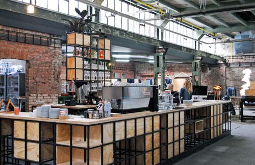 """Die Bar aus Holz und Metall haben die """"Vnitroblock""""-Gründer Žďárský und Zajíc selbst gebaut."""